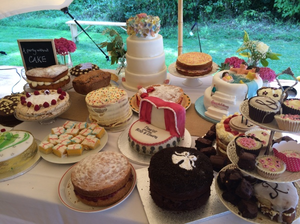 Picnic hamper and wedding cake-off wedding - Oh So Perfect www.ohsoperfect.co.uk